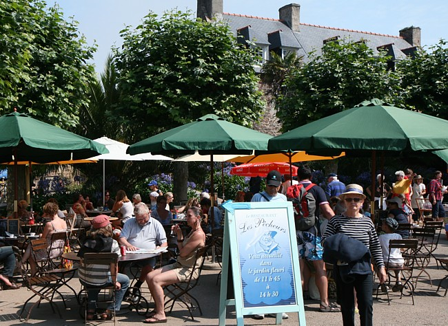 Bretagne Insel Île de Bréhat: Marktplatz im Ortskern.