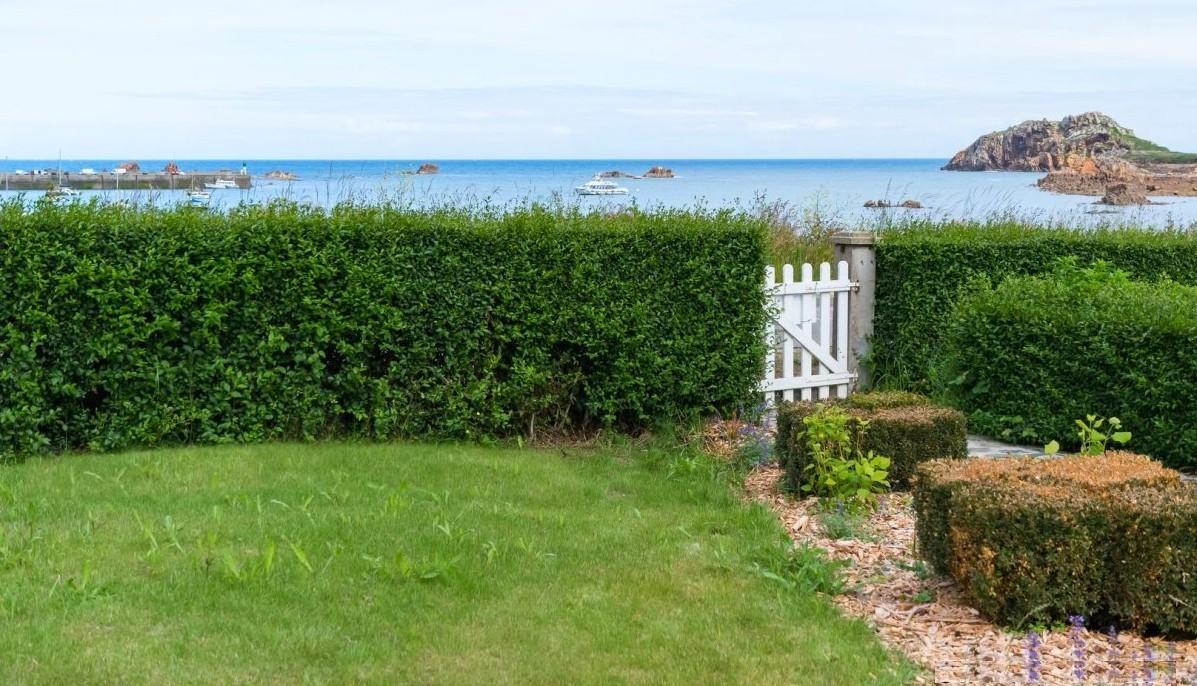 Blick Aus Dem Ferienhaus Garten, Rechts Die Pointe De Primel, Links Der  Hafen Von Le Diben